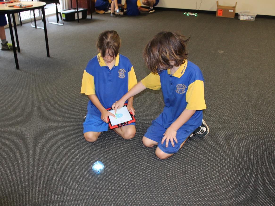 Macleay Island students programming sphero with ipad